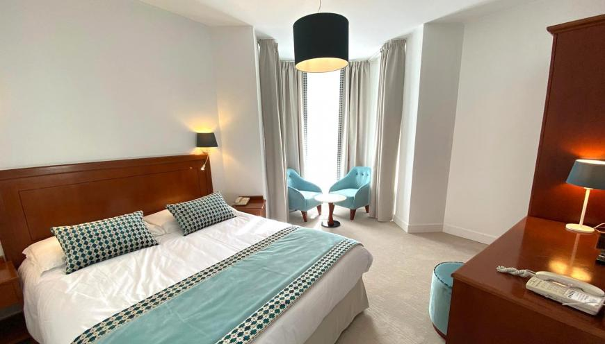 https://www.olympiahotel.fr/var/ezflow_site/storage/images/media/phototheque/chambres/chambre-double-luxe-hotel-olympia-beausoleil/1416395-2-fre-FR/Chambre-double-luxe-Hotel-Olympia-Beausoleil_photo_medium.jpg