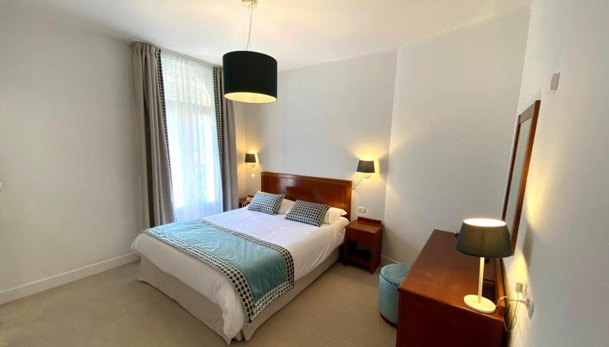 https://www.olympiahotel.fr/var/ezflow_site/storage/images/media/phototheque/chambres/chambre12/1416422-2-fre-FR/chambre12_photo_medium.jpg